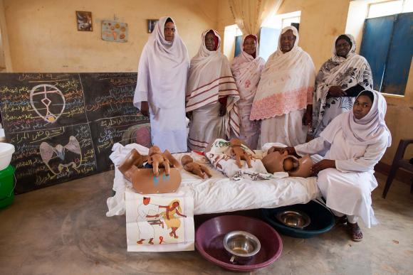 Pohjois-Darfurissa sijaitsevan kätilökoulun opettajia ja oppilaita, jotka ovat allekirjoittaneet sukupuolielinten silpomista vastustavan vaatimuksen. (Kuva: Albert Gonzalez Farran, UNAMID)