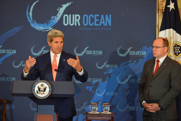 Ulkoministeri John Kerry puhuu Our Ocean -konferenssissa (vas.), vierellään Monacon ruhtinas Albert II. Kuva: USA:n ulkoministeriö