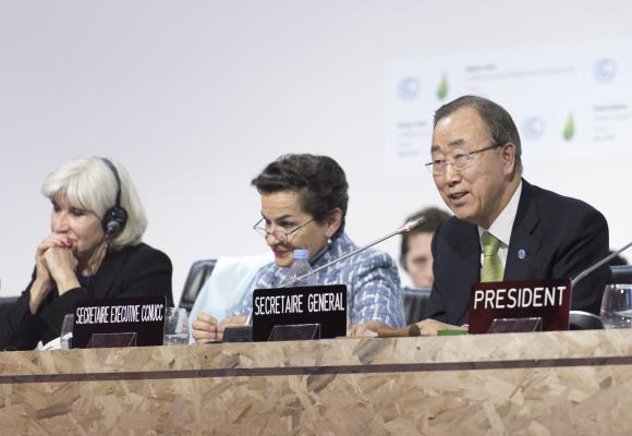 YK:n pääsihteeri Ban Ki-moon puhui Pariisin ilmastokokouksen päätöstilaisuudessa 12.12. Kuva: UN Photo / Mark Garten