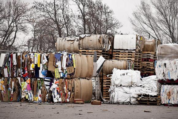 Kierrätykseen kerättyä pahvia. Kuva: Laura Gilmore, CC-lisenssi BY-NC-ND