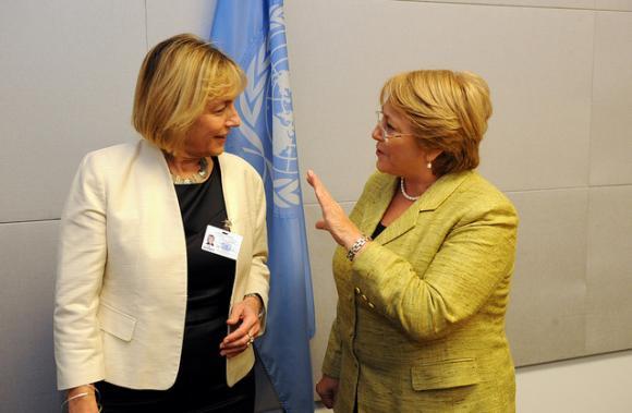 Toinen ensimmäisinä asetetuista pääsihteeriehdokkaista, Kroatian ulkoministeri Vesna Pusic (vas) vuonna 2012 UN Womenin silloisen toiminnanjohtajan Michel Bachelet'n kanssa. Kuva: UN Women/Catianne Tijerina