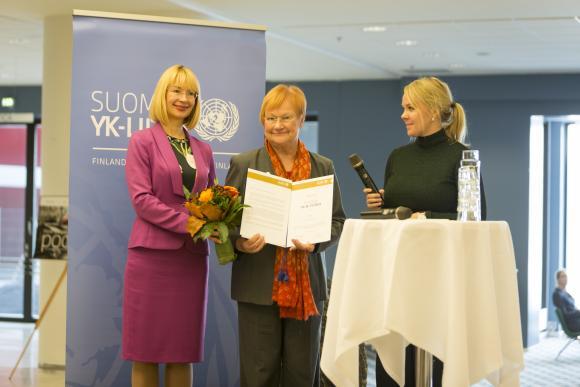 Kuva: Presidentti Tarja Halonen sai Vuoden YK:n ystävä -kunniamaininnan. Kunniakirjan ojensivat YK-liiton puheenjohtaja Katri Kulmuni (oik) ja varapuheenjohtaja Tytti Tuppurainen (vas.)