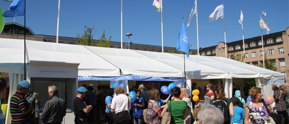 Kuva YK-liiton järjestämästä 'YK-teltasta' Maailma Kylässä -festivaaleilla Helsingissä toukokuussa 2012.