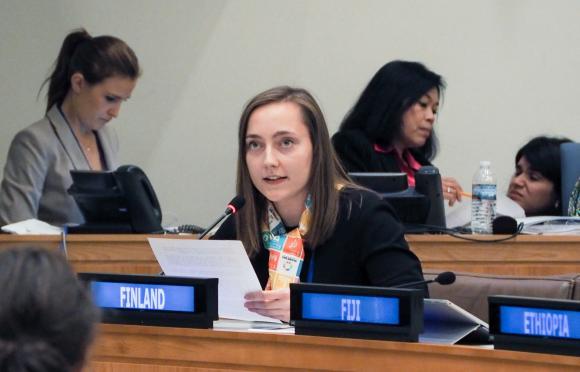 YK-nuorisodelegaatti Ilmi Salminen piti puheensa yleiskokouksen kolmannessa komiteassa. (Kuva: Henri Salonen)