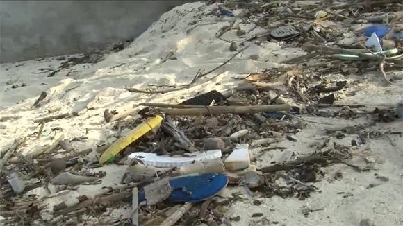 Kuvaa vuoroveden kuljettamasta muoviroskasta sansibarilaiselta hiekkarannalta.