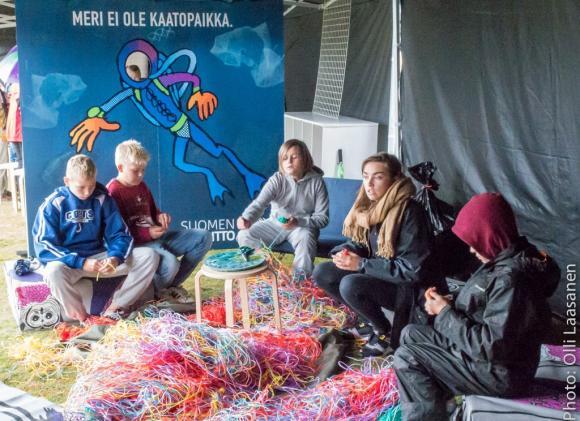 YK-liiton Mathilda Salo esittelemässä Pallonkutistajat-kampanjaa koululaisille Roskalavapaviljongissa. Kuvaaja: Olli Laasanen
