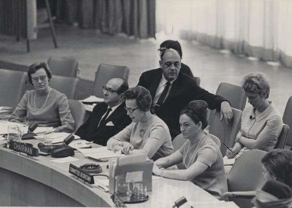 Naisten aseman toimikunta avaa kokouksen New Yorkissa vuonna 1967.  Helvi Sipilä (kokouksen puheenjohtaja) istuu kuvassa keskellä.